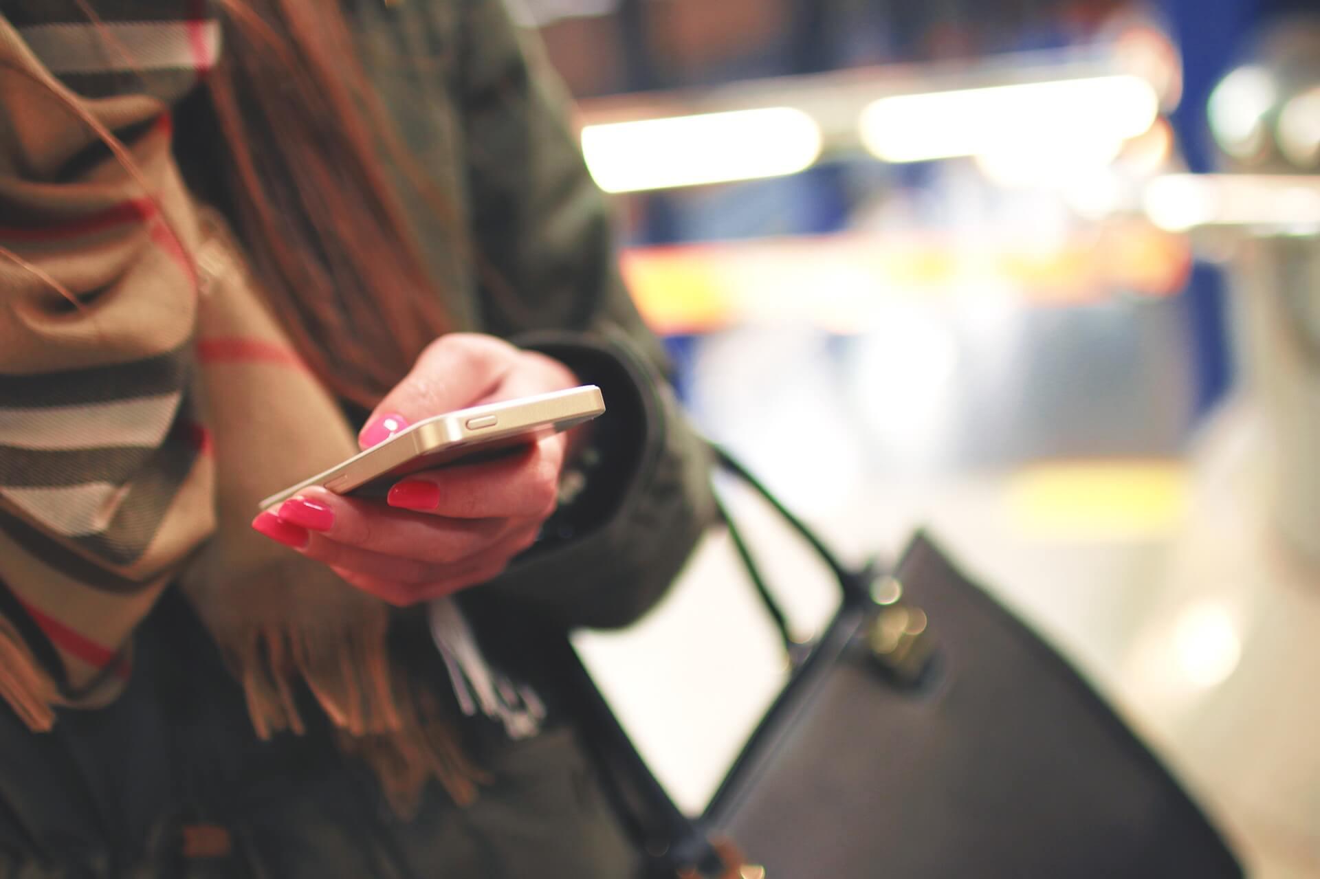 woman-holding-phone